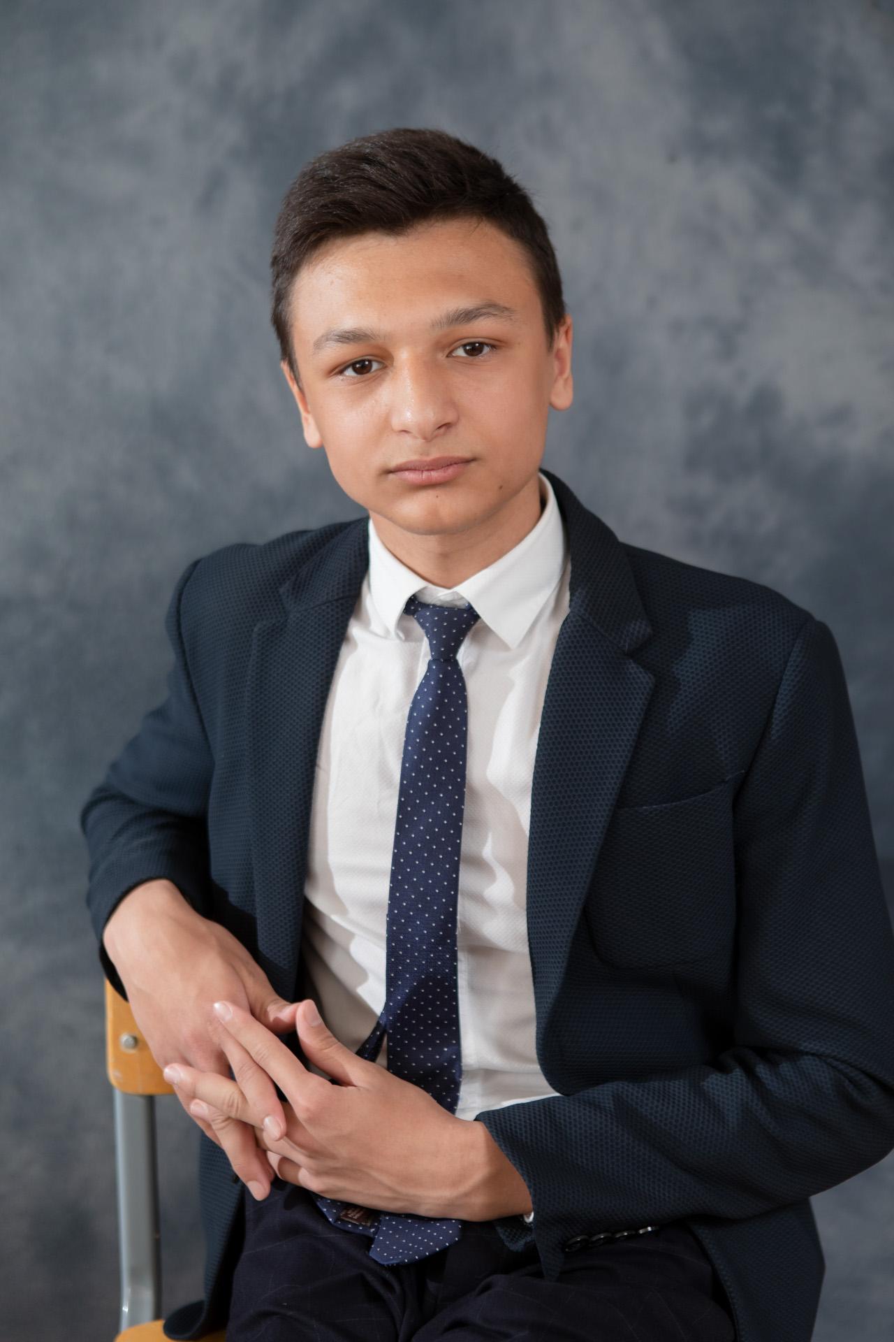 Портрет в школе со студийным светом и фоном